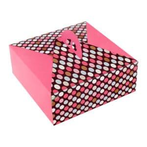 Yaş pasta kutusu 21x21x10 cm ebatta, 50 adetli pakette, ürün gıdayla temasa uygun kartondan üretilmiştir.